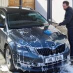 Undgå ridser i lakken – vask bilen miljørigtigt derhjemme