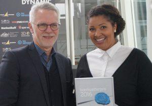 Mariam Brandt Touray modtager Erhverv Hjørrings Iværksætterpris 2016 fra Erhverv Hjørrings formand, advokat Henrik Willadsen