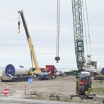 De fire vindmøller bliver nu rejst på Hirtshals Havn